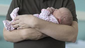 Wenn Kinder kommen, sind es immer noch weitaus am häufigsten die Mütter, die ihr Arbeitspensum senken. Aber die Väter holen auf. Der Anteil der Teilzeit arbeitenden Männer in Paarhaushalten mit Kindern unter drei Jahren ist seit 2010 von knapp 9 auf 14 Prozent gestiegen. (Symbolbild)