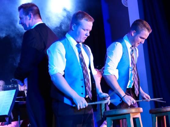 Schlagzeuger Jan Freivogel und Noah Gut entfalteten ihr musikalisches Talent an zwei Hockern