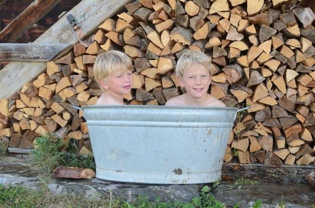 Die Holzbeige haben die Söhne aufgestapelt.