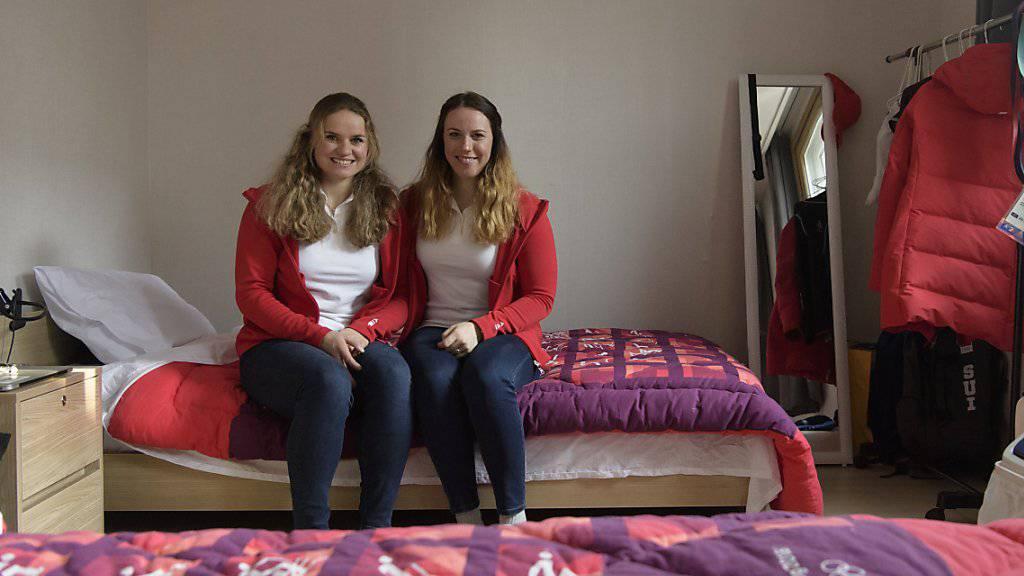 Irene Cadurisch (links) und Lena Häcki in ihrem Zimmer im olympischen Dorf.
