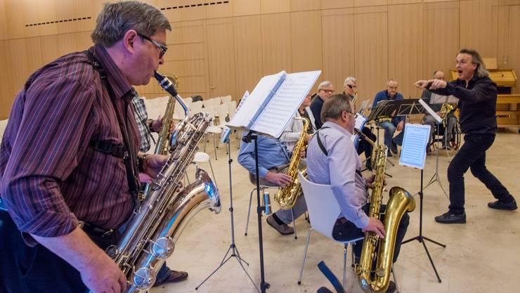 Dirigent Thomas Heid (rechts) hat seine Truppe im Griff, nichts entgeht ihm.
