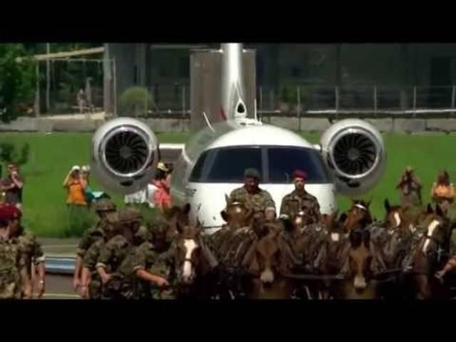 Mit Militär, Pferden und Kunstflügen: Die PC-24 wird in Stans gefeiert.