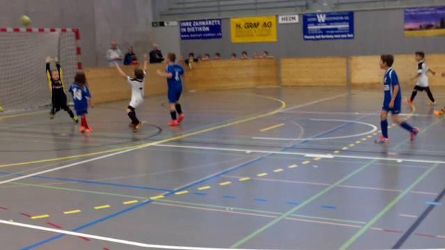 Hallenfussball: Die F-Junioren des FC Mutschellen (weisses Dress) treten gegen Zürich-Affoltern an