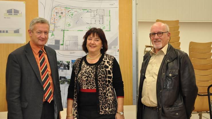 Ruedi Hediger, Beatrice Köbeli und Heinz Burger zeigen die Pläne, den Kindergarten in Rupperswil auszubauen