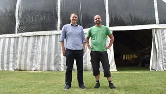 Das Festzelt steht: Martin Waldmeier (l.) und Michael Meier freuen sich auf die dreitägige Jubiläumsfeier des TV Hellikon.