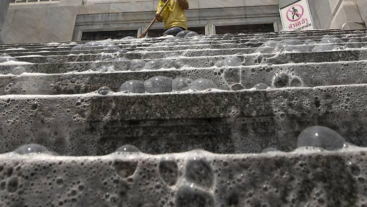 In Bangkok werden im Kampf gegen das Coronavirus Strassen und öffentliche Plätze desinfiziert. Auf dem Bild die Treppe des Wat Taimit Tempels. (Archiv)