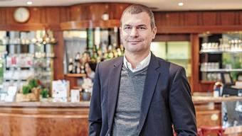 Auch gut wirtschaftende Betriebe seien bedroht, sagt Hiltmann in einer Bar in seinem Wohnort Birsfelden.