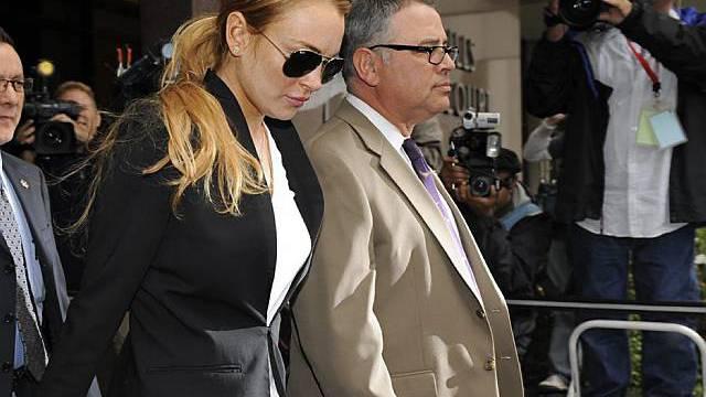 Lindsay Lohan (l.) verlässt nach der Verhandlung das Gericht