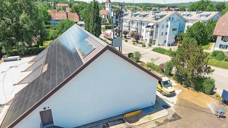 Das Pfarreizentrum Kölliken hat eine grosse Solaranlage auf dem Dach – ganz im Sinn von Grünen Präsident Daniel Hölzle.