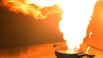 Eine Pfanne mit heissem Öl wurde auf dem Herd vergessen und löste den Brand aus. (Symbolbild)