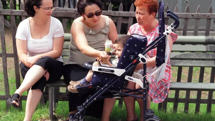 Die Generationensolidarität in der Schweiz spielt: Frauen verschiedenen Alters kümmern sich um ein Kind im Buggy. (Symbolbild)