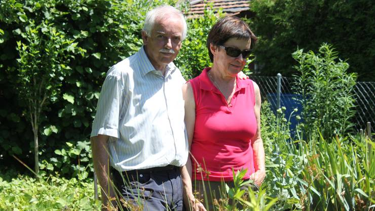 «Schlicht kein Einheitsbrei, sondern Vielfalt»: das Ehepaar Hans und Charlotte Boss in ihrem Naturgarten.