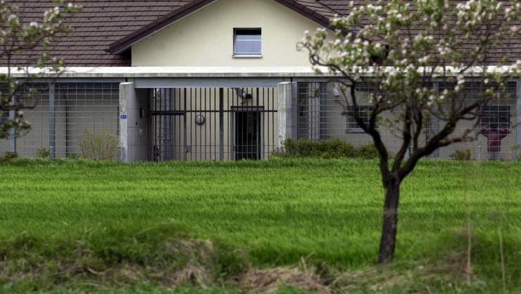 Die Nationale Kommission zur Verhütung von Folter (NKVF) kritisiert den ausgeprägten Gefängnischarakter im Ausschaffungsgefängnis von Granges. Die Haftbedingungen entsprächen weiter nicht den nationalen und internationalen Vorgaben für eine Administrativhaft.(Archivbild)