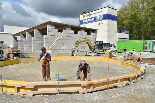 Zurzeit wird die Anlage für die Aufbereitung des Materials aus dem Nassvortrieb im Schotter des letzten Tunnelabschnitts in Gretzenbach aufgebaut.