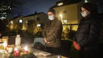 Eine Adventsfeier mit Schutzmaske und Kirchenliedern ab Konserve. Trotzdem tut das Zusammenkommen allen Beteiligten gut.