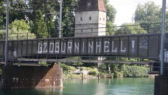 Die Eisenbahnbrücke mit dem Spruch «G2O BURN IN HELL».