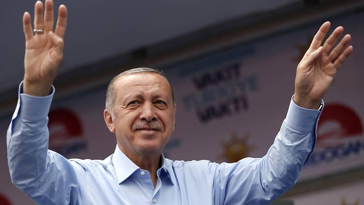 Weil die Finanzmärkte Angst haben, dass der türkische Präsident Recep Tayyip Erdogan die Autonomie der Notenbank beschneiden könnte, ist der Wert der Lira stark gesunken. (Archivbild)