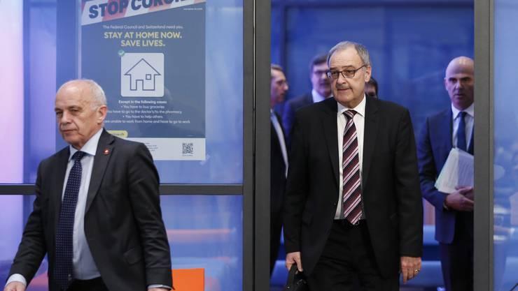 Die Bundesräte Ueli Maurer, Guy Parmelin und Alain Berset (v.l.) auf dem Weg zur Präsentation des Massnahmenpakets zur Stützung der Wirtschaft.
