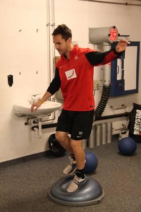 Patrick Rossini während einer Balance-Übung