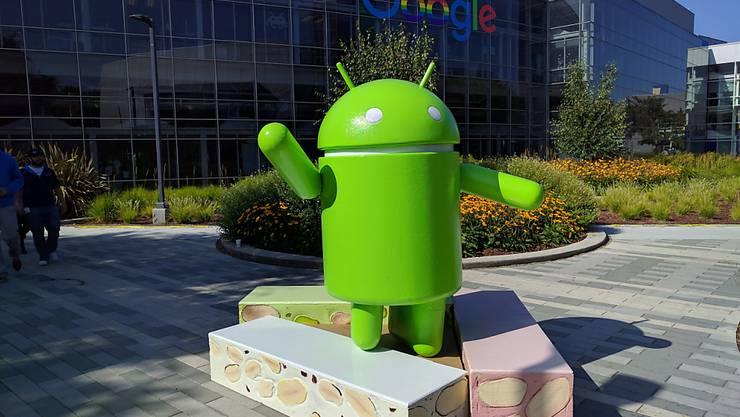 Der Internet-Konzern Google reagiert mit einem veränderten Geschäftsmodell für sein Smartphone-Betriebssystem Android auf die Rekordstrafe durch die EU-Kommission. Im Bild das Android-Logo im Google-Campus im kalifornischen Mountain View. (Archivbild)