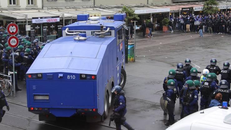 Polizei fährt mit schwerem Geschütz auf