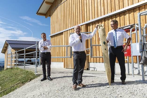 Bernhard Mäusli (Leiter Hochbauamt) und Regierungsrat Roland Fürst mit dem symbolischen Zaunpfahl.