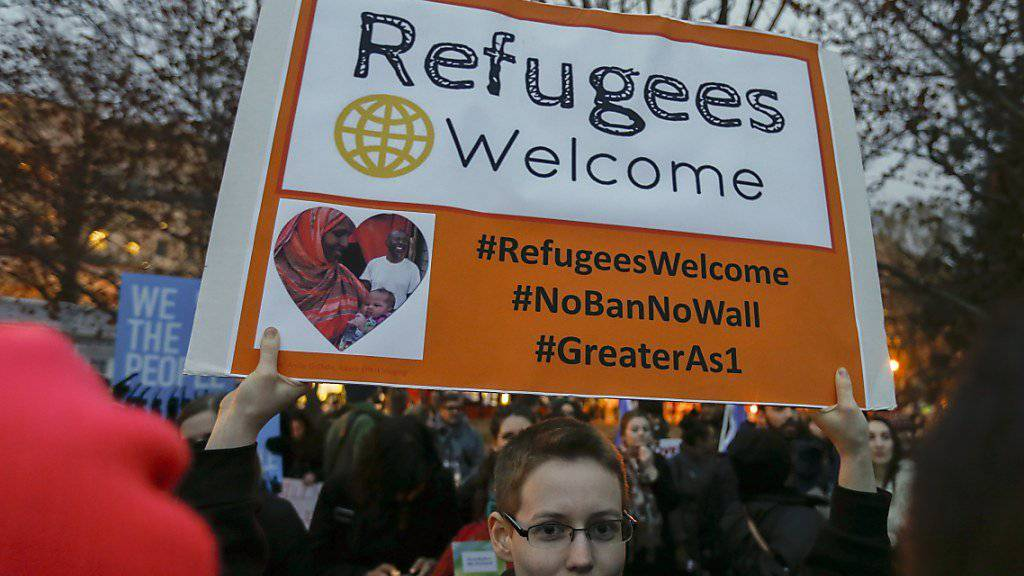 «Flüchtlinge willkommen» heisst es in Washingotn auf dem Plakat gegen die neue US-Einreiseverordnung (Archiv)