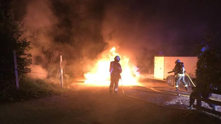 Ein Auto fing in Diegten Feuer.