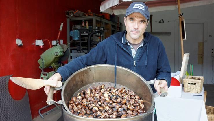 Genau wie die Marroni werden die Niederwiler Kastanien am besten eingeschnitten und dann in einem Marroni-Ofen zubereitet.
