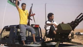 Rebellen an einem Checkpoint zwischen Tarhouna und Bani Walid