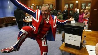 Bei vielen Abstimmenden auf den Falklandinseln ist schon an der Kleidung zu erkennen, zu welchem Land sie künftig gehören wollen