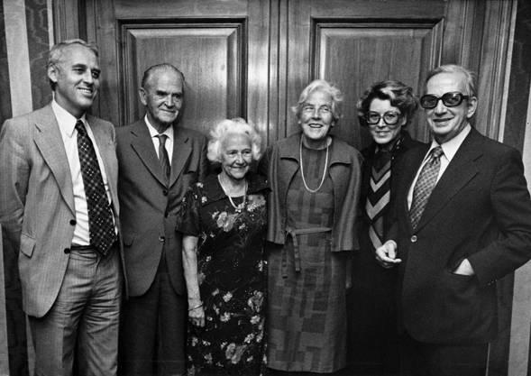 Grimms Frau Jenny (3. von links) posiert 1976 an ihrem 80. Geburtstag zusammen mit dem damaligen SP-Präsident Helmut Hubacher (links) und Nationalrätin Lilian Uchtenhagen (2. von rechts).