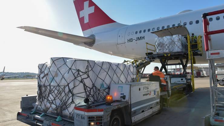 Hier werden Teile für die Maschinen am Flughafen in Zürich ausgeladen.