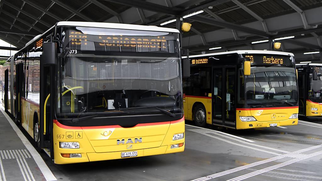 Postautos im Busbahnhof Bern. (Archivbild)