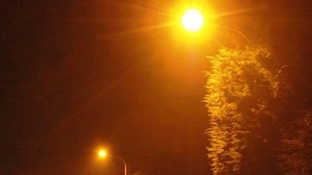 Durch das Ersetzen der Strassenlampen kann laut Elektra der Stromverbrauch um durchschnittlich 50 Prozent reduziert werden. (Symbolbild)