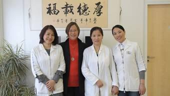 Das kompetente Team der Praxis TCM Limmattal: Dolmetscherin Wendy Xie, Geschäftsführerin Dingqin Frank-Hu, TCM-Ärztin Yishen Sui und Dolmetscherin Aihua Müller Chen.