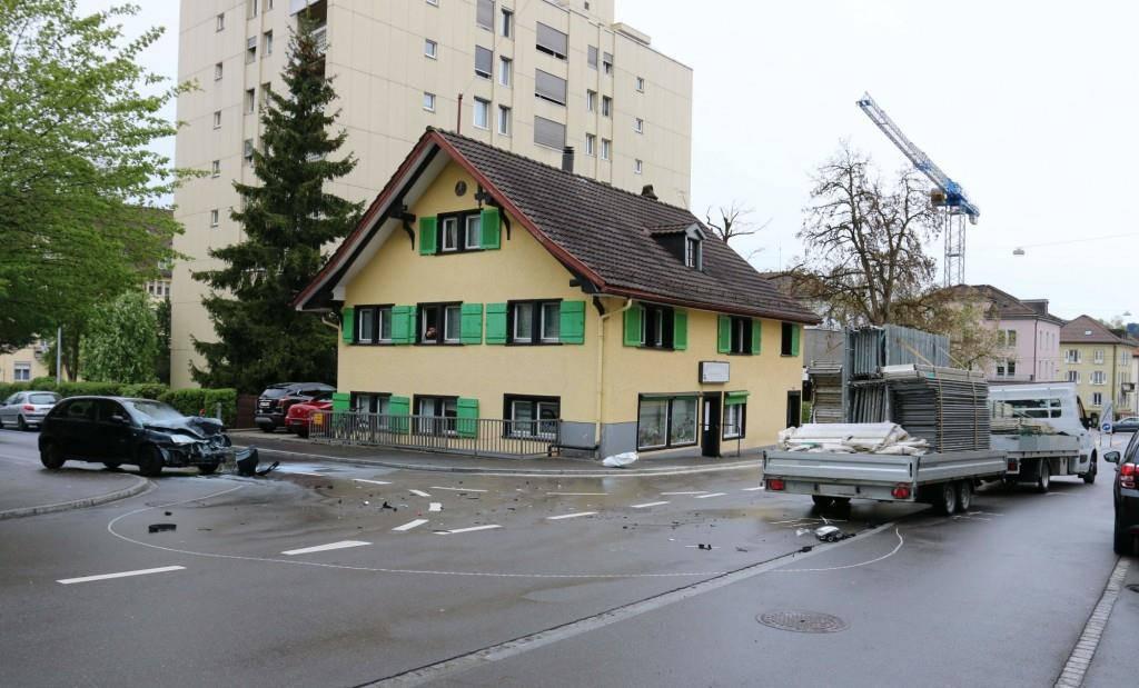 In St.Gallen kam es am Freitagnachmittag zu einer Kollision zwischen einem Auto und einem Lieferwagen. (© Stapo SG)
