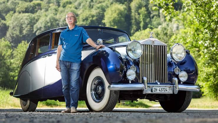 Raymond Chevalley steht stolz vor seinem Rolls-Royce Silver Wraith – dem «silbernen Geist».