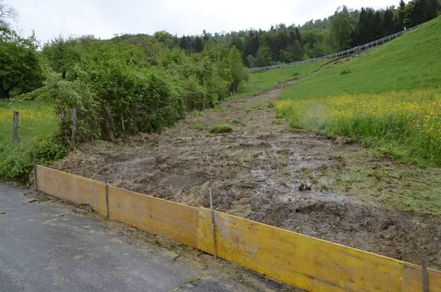 Holzplatten schützen die Zufahrtsstrasse zum Bauernhof