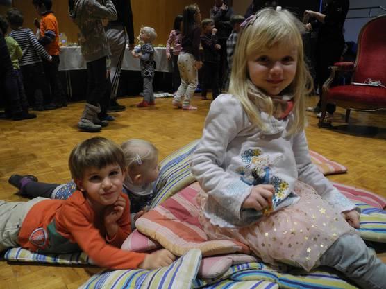 Die Ruhe vor dem Sturm: Noch sitzen die Freunde auf den Kissen, die kurz danach zur Kissenschlacht verwendet werden.