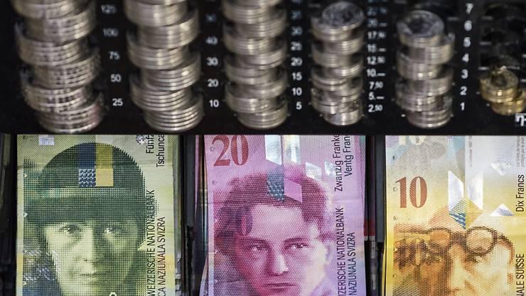 Da die Frau eine leitende Position besetzte, hatte sie freien Zugang zu dem Geld in den Kassen der Verkaufsstelle und konnte sogar die Abrechnungen verändern.