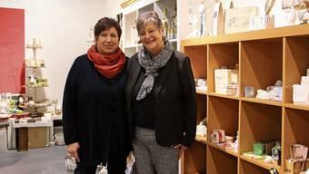 Erika Lüthi (links) und Inhaberin Regina Haus arbeiten seit bald 20 Jahren Hand in Hand im Laden s'Presäntli.