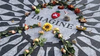 Im Andenken an den vor 30 Jahren ermordeten John Lennon wurden in New York am 8. Dezember Blumen hingelegt (Archiv)