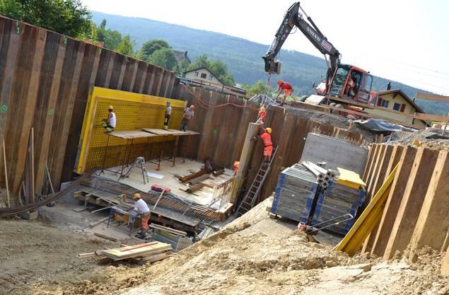Der Tunnelkörper, der sich derzeit im Bau befindet, wird Mitte August unter die Gleise gezogen.