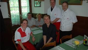 Die Familie Speck (von links: Christine, Arthur, Mariette, Peter und Fredy) mit der künftigen Wirtin Laura Peter (M.) in der Gaststube.Hermann Rauber