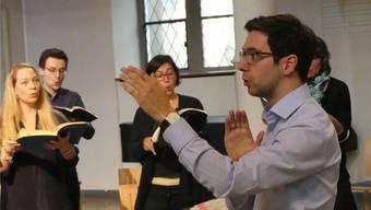Marco Amherd dirigiert am Karfreitag die «Johannespassion» in der reformierten Kirche Baden. ZVG