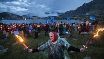 Ein Mahnfeuer gab es wegen der Brandgefahr nicht, stattdessen hielten die Demonstranten auf dem Gotthard Fackeln in den Händen.
