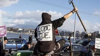 """""""Die WTO tötet"""" - 300 Demonstranten wählten am Samstag in Genf teils drastische Slogans um Freihandelsabkommen zu kritisieren, die in ihren Augen die Landwirtschaft, Bildung sowie Wasser- und Energieversorgung bedrohen."""