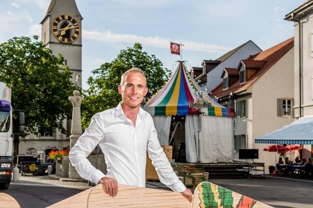 """Tino Zimmermann aus Schneisingen ist Redaktionsleiter der Sendung """"Donnschtig Jass"""" von SRF, die er seit 16 Jahren betreut. Fotografiert im Städtli Klingnau während der Aufbauarbeiten für die Sendung."""