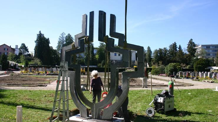 Gillian White beim Aufstellen ihres «Hermes» im Friedhof Brugg. lp